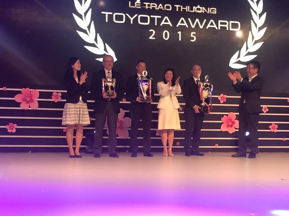 Đại diện Công ty Toyota Thanh Xuân lên nhận giải.